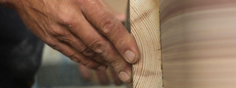 תמונת סליידר - אדם חותך בעץ